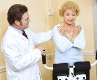 Terapia física del doctor Supervised imagenes de archivo