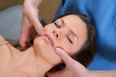 Terapia facciale del massge di tuina sul bello fronte della donna Fotografia Stock