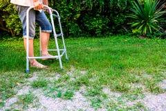 Terapia fisica con addestramento di camminata fotografia stock