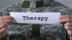 Terapia scritta su carta in mani del soldato maschio, aiuto ai veterani di guerra stock footage