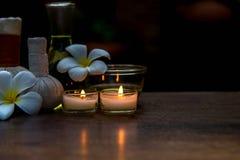 Terapia tailandesa del aroma de los tratamientos de la composición del balneario con las velas y las flores del Plumeria en cierr Imagen de archivo libre de regalías
