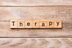 Terapii słowo pisać na drewnianym bloku terapia tekst na drewnianym stole dla twój desing, pojęcie fotografia stock