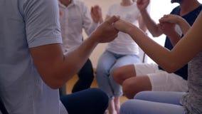 Terapii sesja, zależni mężczyzna i kobiety, trzymamy ręki i wspieramy each inny zdjęcie wideo