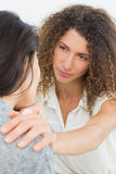 Terapista che conforta il suo paziente gridante Immagine Stock