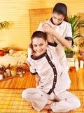 Terapista che dà allungando massaggio alla donna. Immagine Stock Libera da Diritti