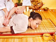 Terapista che dà allungando massaggio alla donna. Immagini Stock Libere da Diritti