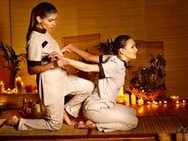 Terapista che dà allungando massaggio alla donna. Immagine Stock