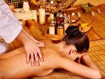 Terapista che dà allungando massaggio alla donna Fotografie Stock