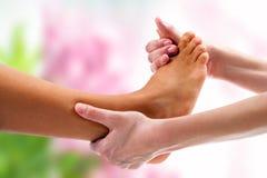 Terapista che fa massaggio osteopatico a piedi Fotografia Stock