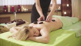 Terapista che fa terapia di pietra del cinese tradizionale stock footage