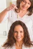 Terapista che per mezzo del pendolo fotografie stock libere da diritti