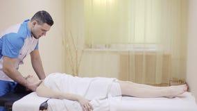 Terapista di massaggio che fa massaggio del collo video d archivio