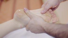 Terapista di massaggio che fa massaggio del piede Stazione termale archivi video
