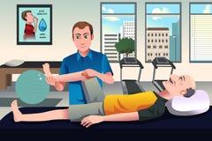 Terapista fisico che lavora ad un paziente Fotografia Stock Libera da Diritti
