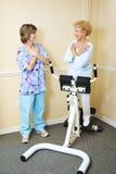 Terapista fisico con il paziente di chiroterapia Fotografie Stock Libere da Diritti