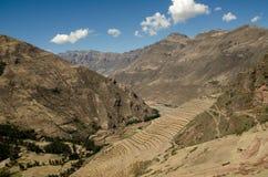 Terassenförmig angelegte Bauernhöfe in den peruanischen Anden Stockfotos