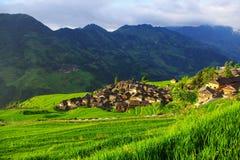 Terassenförmig angelegte Felder umgaben Dorf Stockbild