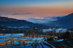 Terassenförmig angelegte Felder in Yunnan-Landschaft Stockfotos