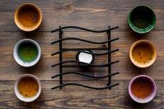 Terast Ceremoni för Cookwarefo-te Koppar på bästa sikt för mörk träbakgrund arkivfoton