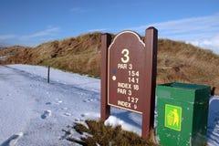 Terceiro sinal da informação do T no campo de golfe fotografia de stock royalty free