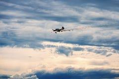 Tercer AirFestival en el campo de aviación de Chaika Pequeño avión Yak-52 en nubes de tormenta Foto de archivo libre de regalías