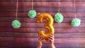 Tercer cumpleaños feliz, balones de aire de oro con el número tres, celebración del aniversario almacen de video
