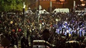 Tercer día de protesta en cuadrado de la universidad contra la corrupción y el gobierno rumano metrajes