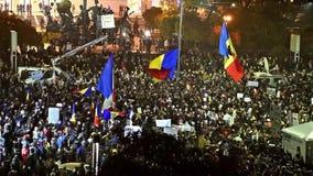 Tercer día de protesta en cuadrado de la universidad contra la corrupción y el gobierno rumano almacen de metraje de vídeo