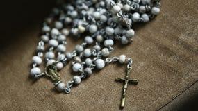 Tercer rosario con crucifijo e imagen de la dedicación católica foto de archivo