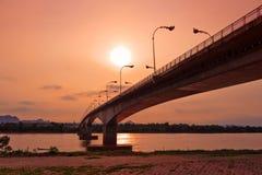 Tercer tailandés - Lao Friendship Bridge en el tiempo de subida de Sun Nakhon Phano Fotografía de archivo libre de regalías