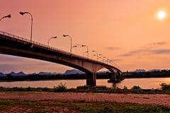 Tercer tailandés - Lao Friendship Bridge en el tiempo de subida de Sun Nakhon Phano Fotografía de archivo