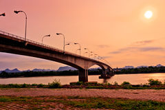 Tercer tailandés - Lao Friendship Bridge en el tiempo de subida de Sun Nakhon Phano Imagen de archivo
