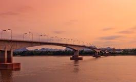 Tercer tailandés - Lao Friendship Bridge en el tiempo de subida de Sun Nakhon Phano Foto de archivo