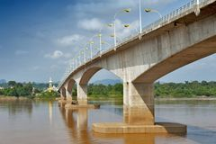 """Tercer Thai†""""Lao Friendship Bridge sobre el río Mekong que conecta Tailandia con Laos Foto de archivo"""