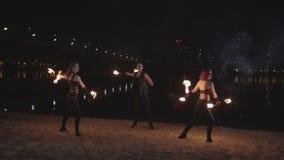 Tercet artyści tanczy z zaświecać klepkami przy nocą zbiory wideo