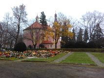 Terec nad OhÅ™Ã, República Checa del ¡del ¡Å de Klà - 12 de diciembre de 2017: Ryados católicos del cementerio con la catedral Imágenes de archivo libres de regalías