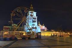 Teren dla dziecka ` s rozrywki Carousel z baśniowymi bohaterami i ferris kołem Zdjęcia Stock