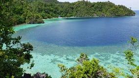 Teren naturalny piękno dokąd turkus woda otaczająca lasem, dom i łódź i Fotografia Stock