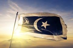 Terengganu tillstånd av tyg för torkduk för Malaysia flaggatextil som vinkar på den bästa soluppgångmistdimman arkivbild