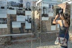 Terenoznawstwo terror, młody żeński turysta bierze fotografie Berlin Niemcy, Lipiec - 2015 - zdjęcie royalty free