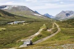 Terenu pojazd jedzie na drodze w tundrze, Yamal obraz stock
