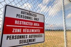 Terenu zamkniętego znak na lotniskowym ogrodzeniu z windsock w tle obraz royalty free