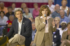 Teresa Heinz Kerry, avec le sénateur John Kerry, s'adressant à l'assistance des aînés au centre de la vue REC de vallée, Henderso Photographie stock libre de droits