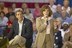 Teresa Heinz Kerry, con senador John Kerry, dirigiéndose a la audiencia de mayores en el centro del Rec de la opinión del valle,  Fotografía de archivo libre de regalías