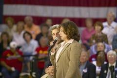 Teresa Heinz Kerry, con senador John Kerry, dirigiéndose a la audiencia de mayores en el centro del Rec de la opinión del valle,  Imagen de archivo libre de regalías