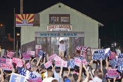 Teresa Heinz Kerry ondulant de l'étape au rassemblement extérieur de Kerry Campaign, Kingman, AZ Images stock