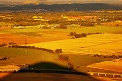 Terezin miasto między złoto polami gdy przeglądać od wzgórza Radobyl w CHKO Ceske Stredohori terenie przy zmierzchem w czeskim la Obrazy Royalty Free
