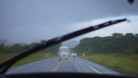 Tergicristalli mentre viaggiando in macchina nelle montagne e nella pioggia video d archivio