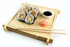Teriyaki在土气竹盘子的鸡寿司用酱油和烂醉如泥的姜 库存照片