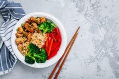 Teriyaki blir rädd buddha bunkelunch med ris, broccoli och röd spansk peppar arkivfoto